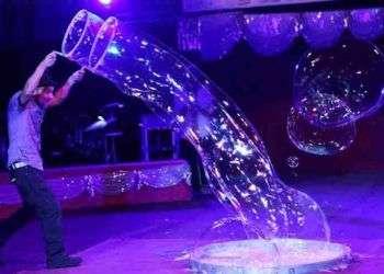 El señor de las burbujas en La Habana / foto: Cortesía del autor.