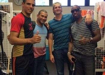 Héctor Mendoza (extremo izquierdo), Frederich Cepeda (a su lado) y Leslie Anderson (extremo derecho), los cubanos de los Gigantes de Yomiuri.