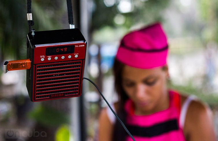 The portable SD cards and flash drives have become very popular devices to listen and share music in public / Photo: Roby Gallego.