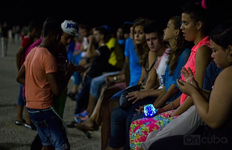 In the Havana seawall youth groups who listen to music through these players abound / Photo Roby Gallego.