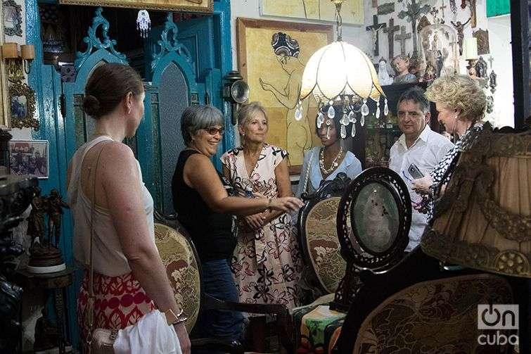 With artists Ileana Sánchez and Joel Jover. Photo: Ismario Rodríguez.