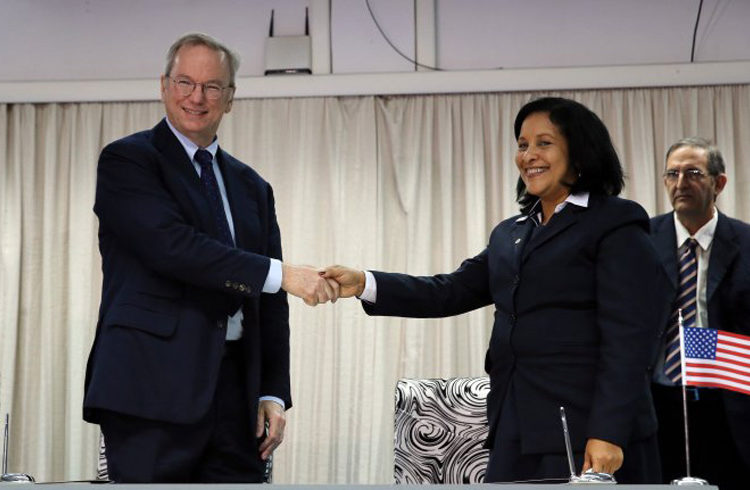 Eric Schmidt, executive president of Google, and his ETECSA counterpart, Mayra Arevich Marín, after the signing of the agreement by both companies. Photo: Radio Rebelde.