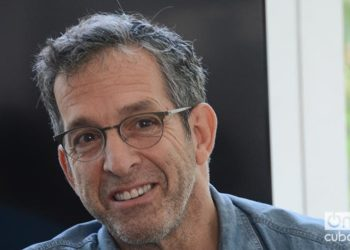 Kenneth Cole during his talk in Lab 26. Photo: Regino Sosa.