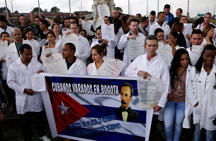 Cuban doctors protesting in Bogotá, Colombia, in 2015, demanded a reply to their visa applications. Photo: EFE.