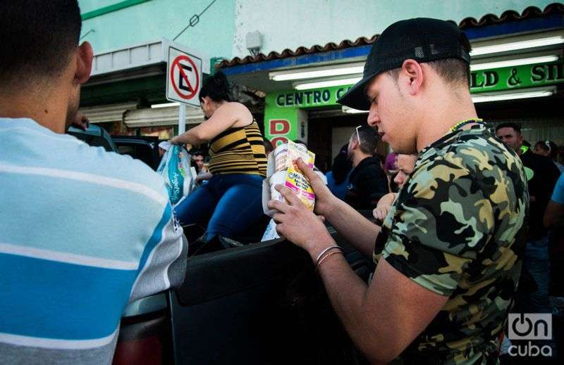 Cuban Americans from Texas crossed to Nuevo Laredo to hand over all type of donations. Photo: Irina Dambrauskas.