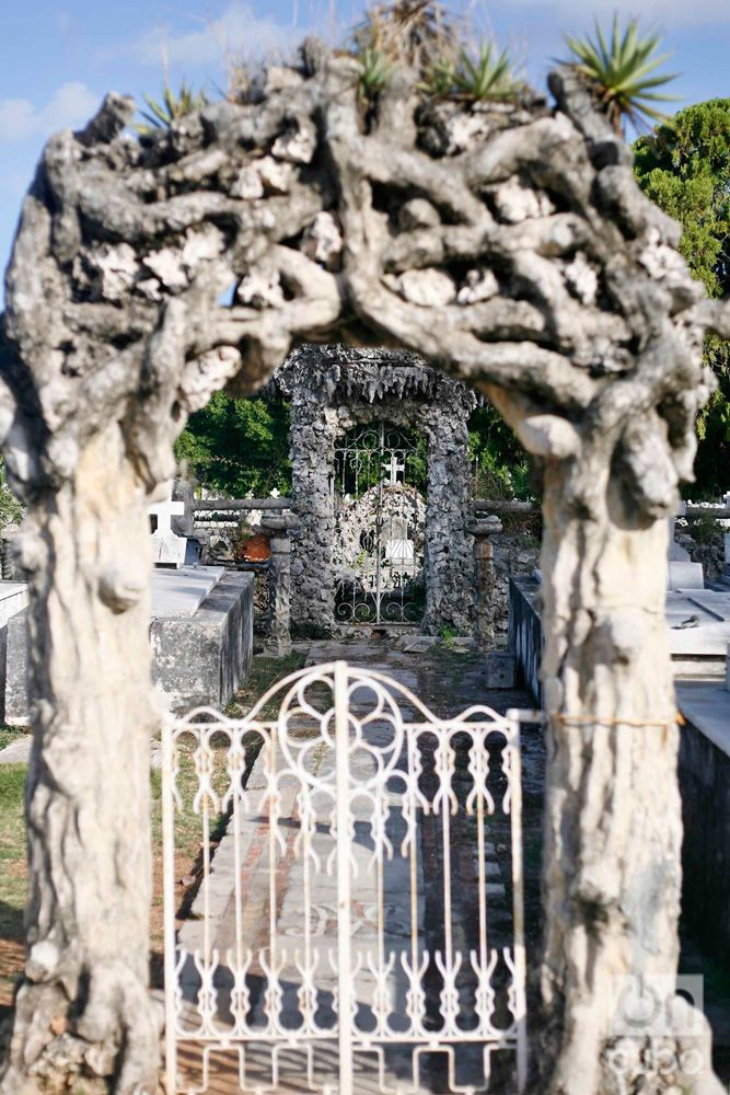 This small cemetery has been designed inside the cemetery with the classic gate and fences that limit the farms. 1920. Photo: Luis Gabriel.
