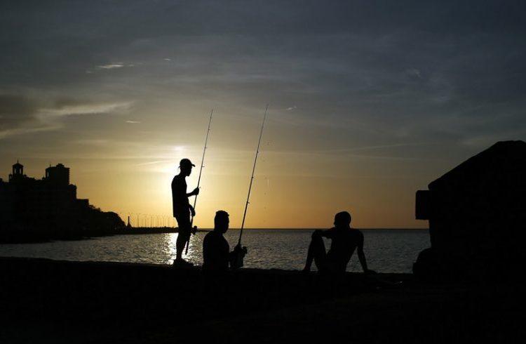 Fishers in Havana. Photo: Alejandro Ernesto / EFE.