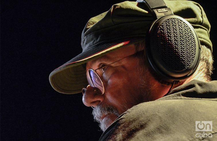 Silvio Rodríguez durante uno de sus conciertos por los barrios. Foto: Kaloian.