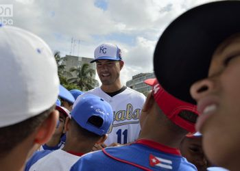 Jeremy Guthrie, a pitcher in 13 U.S. Major League Baseball seasons, chats with Cuban children. Photo: Otmaro Rodríguez.