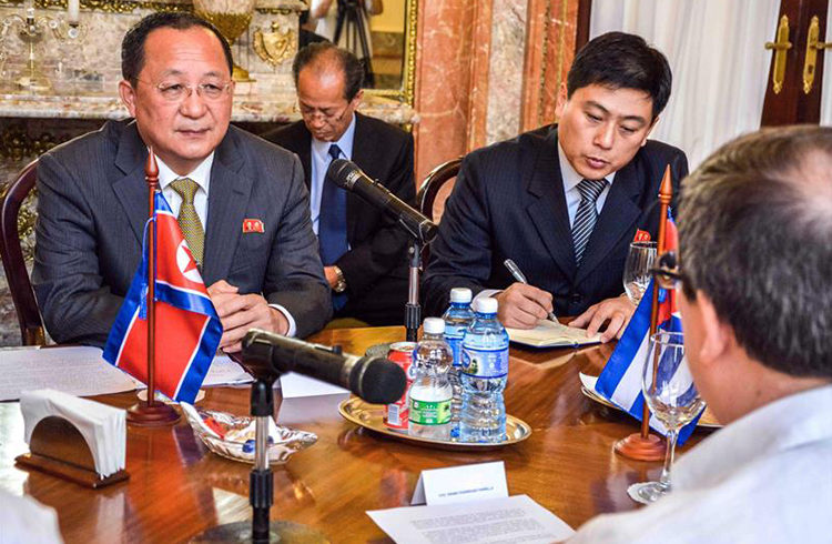 North Korean Foreign Minister Ri Su-yong (left) during his meeting with his Cuban counterpart, Bruno Rodríguez Parrilla (back), at the headquarters of the island's Foreign Ministry. Photo: Yasiel Peña / EFE.