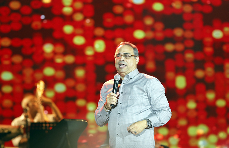 Puerto Rican salsa musician Gilberto Santa Rosa during his Monday July 17, 2018 concert before an audience of thousands in Havana's Malecón. Photo: Ernesto Mastrascusa / EFE.