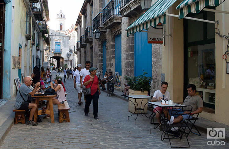 Tourists in Old Havana. Photo: Otmaro Rodríguez.