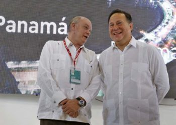 Panamanian President Juan Carlos Varela (r) and Cuban Minister of Foreign Trade Rodrigo Malmierca (l) during the inauguration of Panama's pavilion on Tuesday October 30, 2018 on the second day of the 36th Havana International Trade Fair (FIHAV 2018). Photo: Ernesto Mastrascusa / EFE.