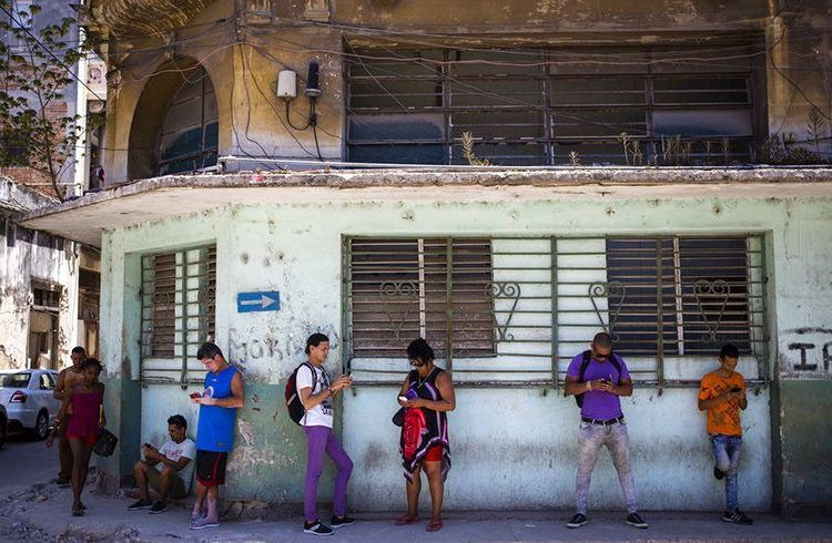 Cubans use their phone to surf the Internet in Havana, on Wednesday, August 22, 2018 in a test conducted by ETECSA. Photo: Desmond Boylan / AP.