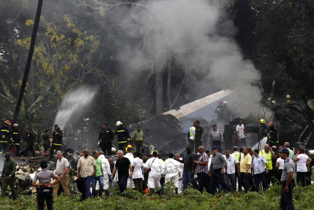 In this archive photo of May 18, 2018, President Díaz-Canel, third from the right, at the site where a Boeing 737 went down in Havana with more than 100 passengers on board. Photo: Enrique de la Osa / AP.