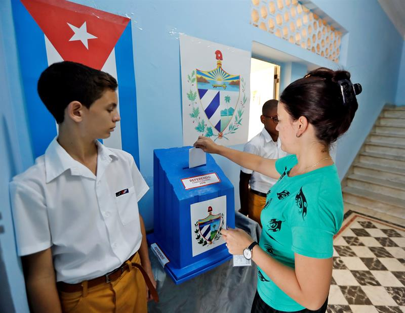 More than 25,000 polling stations opened their doors in Cuba to vote in the referendum on the new Constitution. Photo: Ernesto Mastrascusa / EFE.