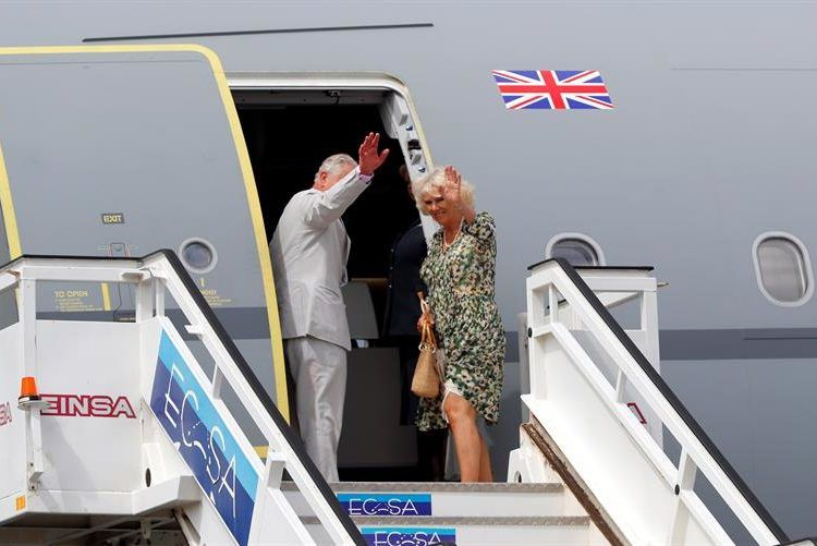 Prince Charles of England and his wife boarding the official plane at José Martí International Airport in Havana, at the end of their three-day visit. Photo: Ernesto Mastrascusa/EFE.