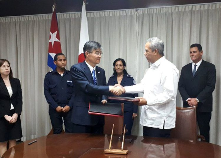 The ambassador of Japan in Cuba, Kazuhiro Fujimura (3-l), and Antonio Carricarte (2-r), the island's first deputy minister of foreign trade and investment, greet each other after the signing in Havana of two bilateral cooperation agreements, on March 26, 2019. Photo: @embacubajapon/Twitter.