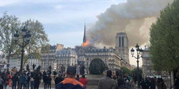 A fire broke out at the Paris Notre Dame cathedral, one of the most emblematic monuments of the French capital, according to an EFE journalist at the scene. The police have cordoned off the area and are evacuating the many tourists who were inside the cathedral. EFE / María Diaz Valderrama.