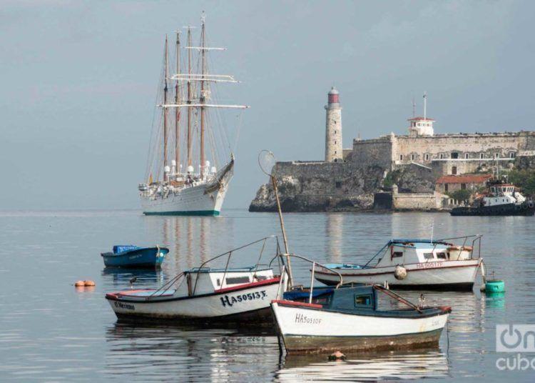 The Juan Sebastián de Elcano training ship of the Spanish Navy entering the bay of Havana. Photo: Otmaro Rodríguez.