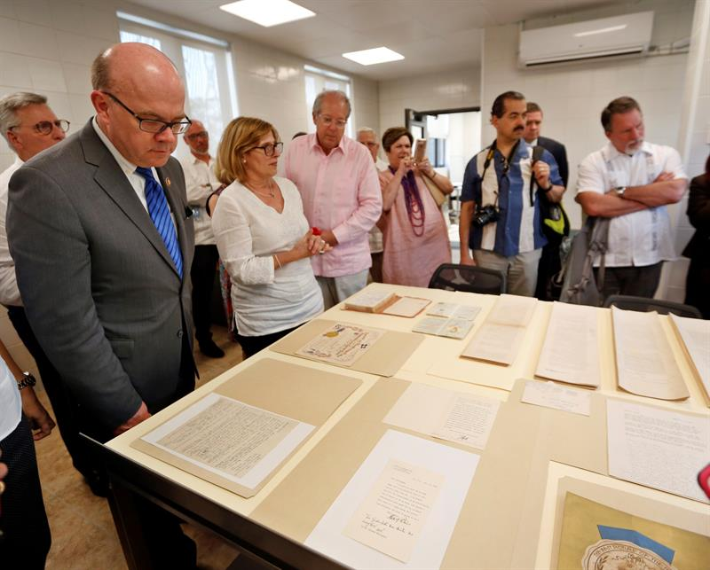 U.S. Congressman James McGovern (left) and the president of the National Heritage Council of Cuba, Gladys Collazo (second to the left), visiting the Ernest Hemingway Museum Restoration Center in Havana this Saturday. Photo: Ernesto Mastrascusa/EFE.