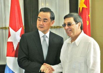 The foreign ministers of Cuba, Bruno Rodríguez (r), and of China, Wang Yi, during one of the latter's visits to Havana. Photo: Granma / Archive.