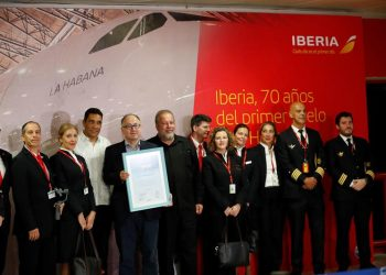 The president of Iberia, Luis Gallego (5l), shows an award given by Cuban Minister of Tourism Manuel Marrero (c) and Cuban Minister of Transportation Eduardo Rodríguez Dávila (4l), in the company of the crew of the 330/200 La Habana, for the 70th anniversary of the Spanish company's first flight to Cuba, in Havana. Photo: Ernesto Mastrascusa/EFE.