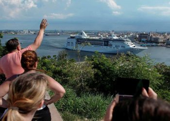 Havanans say goodbye to the last cruise ship on June 5. Photo: Reuters.