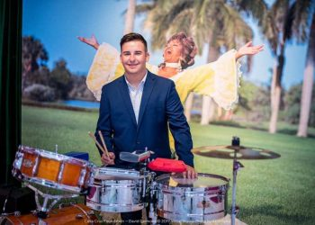 David Carmona receives a scholarship from the Celia Cruz Foundation. Photo: Versal Studio.