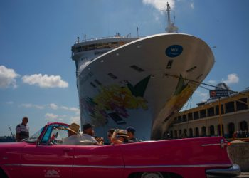 Tourists who recently disembarked from the Norwegian Sky, tour the city in a classic American convertible in Havana, on Tuesday June 4, 2019. The ship sailed this Wednesday in the early morning hours. Photo: Ramon Espinosa / AP.