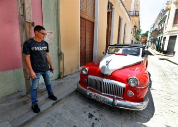 Julio César, driver of a classic car, answers EFE's questions, on June 4, 2019, in Havana, Cuba. Photo: Ernesto Mastrascusa / EFE.