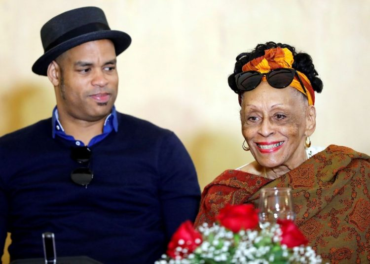 The legendary singer Omara Portuondo (right) and the Cuban pianist Roberto Fonseca (left) at a press conference in Havana, on March 29, 2019, about their upcoming world tour. Photo: Ernesto Mastrascusa / EFE.