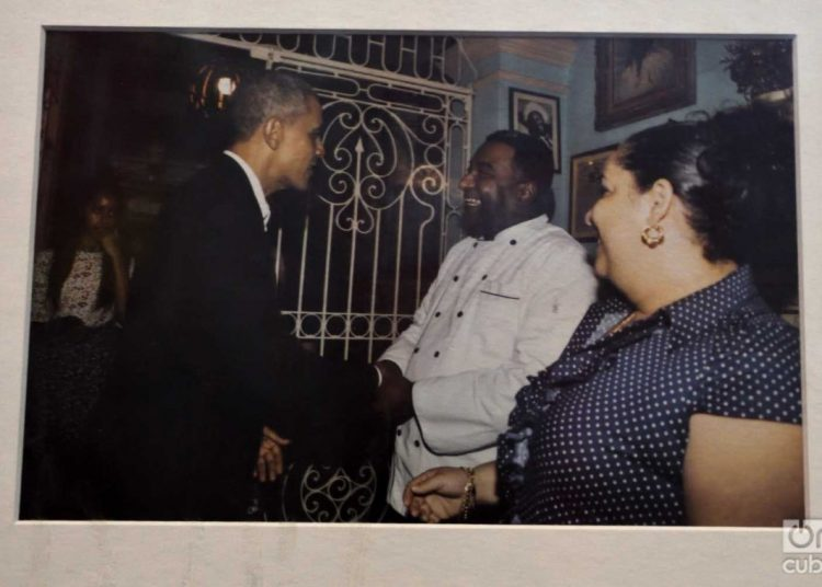 Photo of the historic visit of former U.S. President Barack Obama (left) in March 2016 at Havana's San Cristóbal Restaurant, where he is greeting its owner, chef Carlos Cristóbal Márquez (center). The image is kept in the restaurant. Photo: Otmaro Rodríguez.