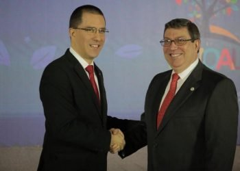 The foreign ministers of Cuba, Bruno Rodríguez (r), and Venezuela, Jorge Arreaza (l), greet each other at the Non-Aligned Movement (NAM) meeting held this weekend in Caracas. Photo: @BrunoRguezP / Twitter.