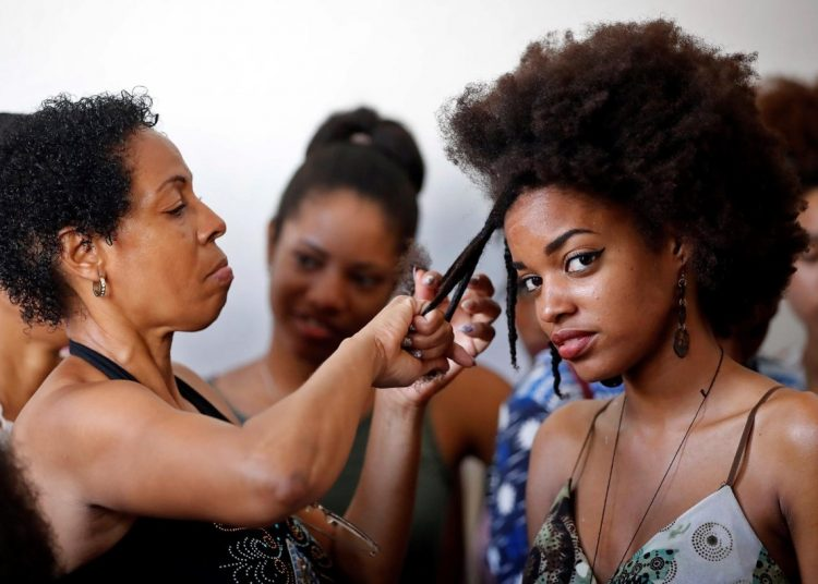 Several women perform hairstyling practices on June 29, 2019, in Havana. Photo: Ernesto Mastrascusa / EFE.