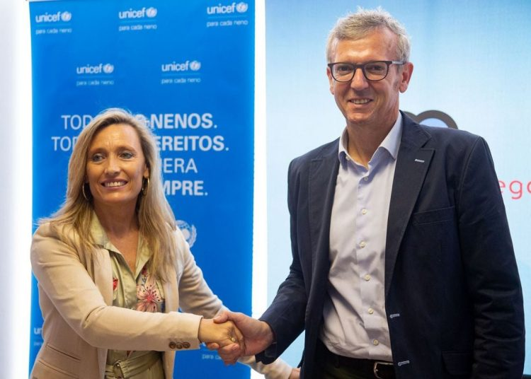 The vice president of the Xunta, Alfonso Rueda (r), and the president of UNICEF ​​Galicia, Myriam Garabito, during the signing of a collaboration agreement for a project of young people's social inclusion in Havana, on Monday, July 1, 2019, in Santiago de Compostela. Photo: Xoan Crespo / elcorreogallego.es