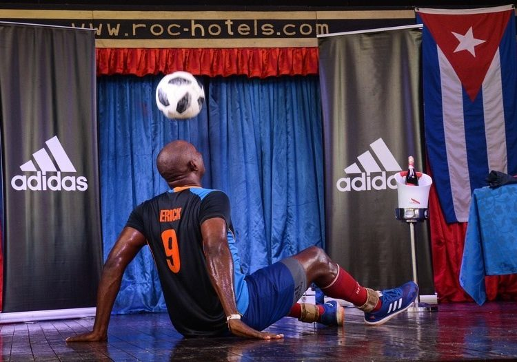 Erick Hernández breaks his record of control of the ball with his head from a sitting position at the Roc Barlovento Hotel, in Varadero, Matanzas, on August 17, 2019. Photo: Marcelino Vázquez / ACN.