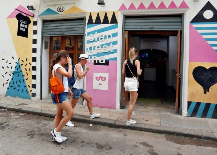 """""""Zara, you have to stop,"""" slogan of the viral campaign that Clandestina has started to denounce a possible plagiarism of its creations. Photo: Ernesto Mastrascusa / EFE."""