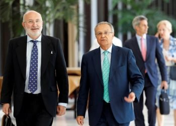 Spanish Secretary of State for International Cooperation Juan Pablo de Laiglesia walking alongside Spanish Ambassador to Cuba Juan José Buitrago (l), on Monday, September 9, 2019, in Havana. Photo: Ernesto Mastrascusa / EFE.