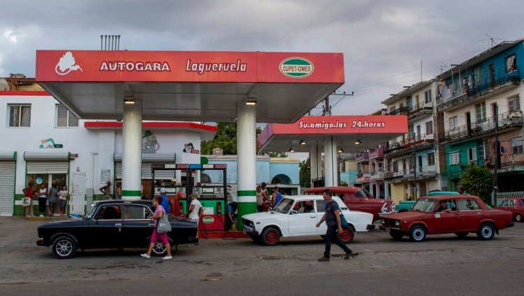 Cars at a gas station in Havana, Cuba, on Thursday, October 24, 2019. Photo: Ismael Francisco / AP.