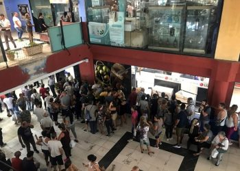 People line up at the Galerias de Paseo shopping center, in Havana, where on October 28, 2019, electrical appliances started being sold in foreign currency through debit cards associated with bank accounts. Photo: Ernesto Mastrascusa / EFE.