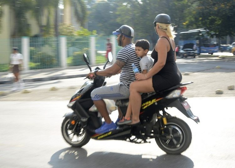 Electric mopeds through the streets of Havana. Photos: Abel Rojas Barallobre / Juventud Rebelde.