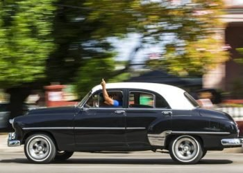 A taxi driver with a private license uses his hand to notify potential clients that he will turn right in Havana. Photo: Desmond Boylan / AP / Archive.