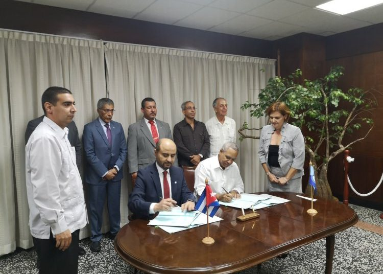 OFID Director-General Abdulhamid Alkhalifa (right) and Antonio Rodríguez, president of Cuba's National Institute of Hydraulic Resources, sign a loan agreement. Photo: twitter.com/AntonioRdguezR
