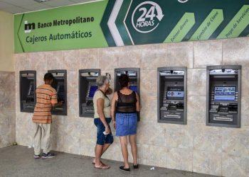 Cubans using ATM machines in Havana. Photo: Granma / Archive.
