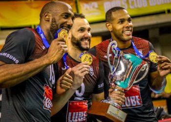 Cubans Robertlandy Simón (l), Osmany Juantorena (c) and Yoandy Leal (r) celebrate one of the most important titles in world volleyball, while the country's sports authorities completely ignore such a major victory. Photo: Getty Images