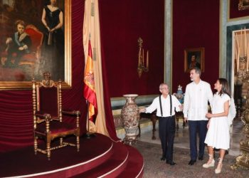 Eusebio Leal shows the king and queen of Spain the untouched throne at the Palace of the Captains General. Photo: EFE