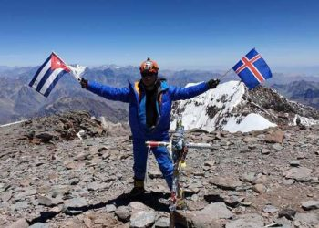 Cuban mountaineer Yandy Núñez on top of Aconcagua, in Argentina, the highest mountain in the Americas. Photo: Yandy Núñez's Facebook profile.