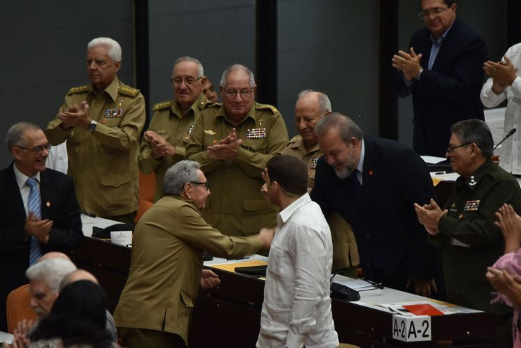 The newly appointed Prime Minister of Cuba, Manuel Marrero, is congratulated by the island's former president and leader of the Communist Party, Raúl Castro, on Saturday, December 21, 2019. Photo: ACN.
