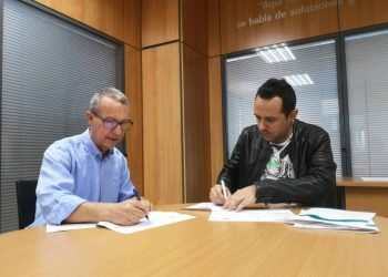 Octavio Melián (l) and Pau Quiles (r) sign the agreement to benefit Saharawi students in Cuba. Photo: noticiasfuerteventura.com